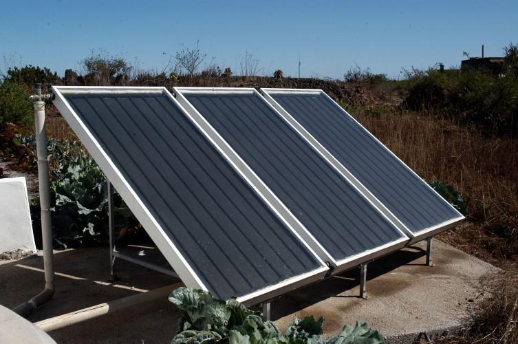 Casa cuevas negras casa rural monte del agua for Montar placas solares en casa